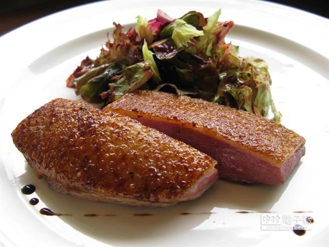 乾式熟成鴨胸取自整隻熟成鴨子,顯示fresh&aged的技術與設備高人一等。(王瑞瑤攝)