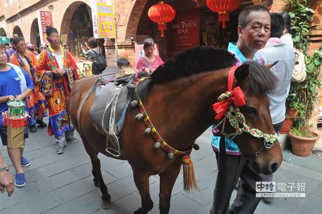巡安隊伍中的「神駒」,也是古老傳統之一。(李金生攝)