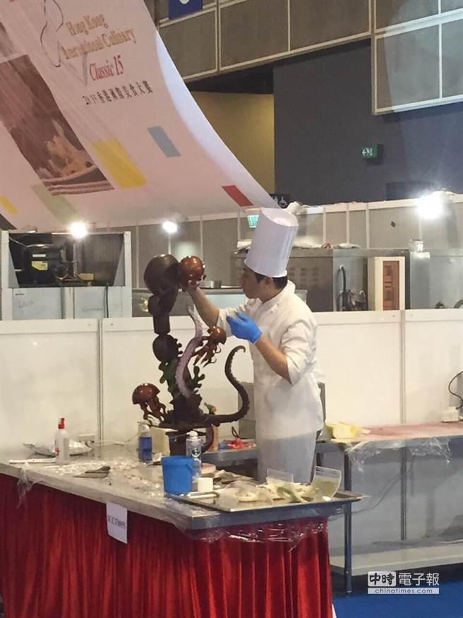 開元食品技師挑戰Live Chocolate Showpiece Competition現場巧克力裝飾擺設比賽,相當高難度。(業者提供)
