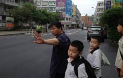 彰化佛心早餐店老闆 8年來護送學童過馬路