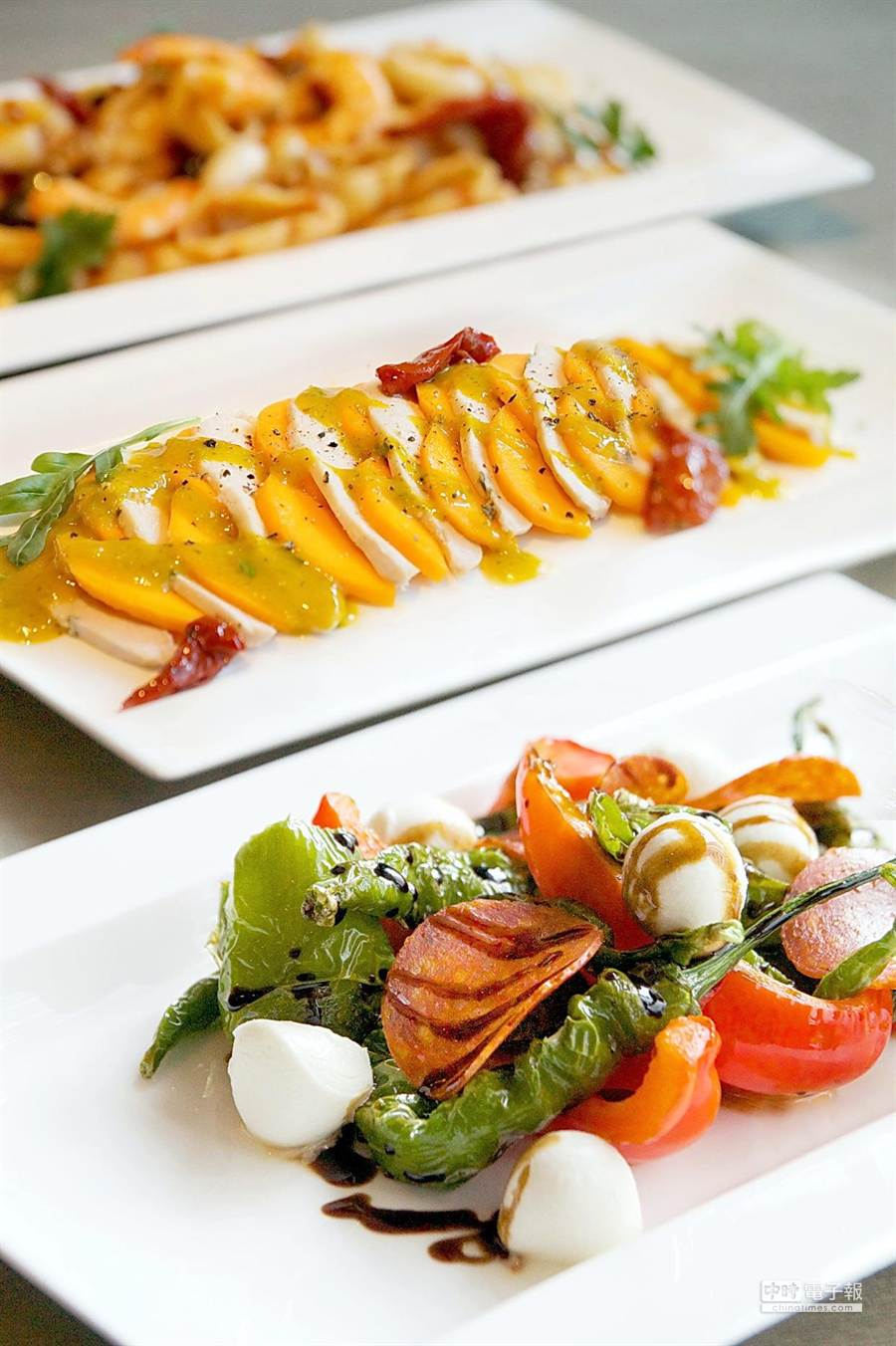 寒舍艾麗La Farfalla餐廳的自助取餐檯上本季新增了許多水果入饌的義式開胃菜。(圖/寒舍艾麗酒店)