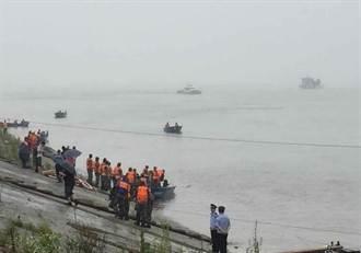 長江翻覆客輪有生命跡象 船底受困人員呼救