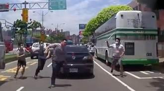 《古惑仔》真實上演?男在車道上遭追打
