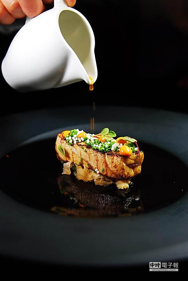 林正植擅長將韓國元素以法菜廚技詮釋,如這道〈旗魚〉就是將油脂豐厚的旗魚先用韓國泡菜醬汁醃後再炙燒,呈盤時下面襯著淡味的泡菜。(圖/姚舜攝)