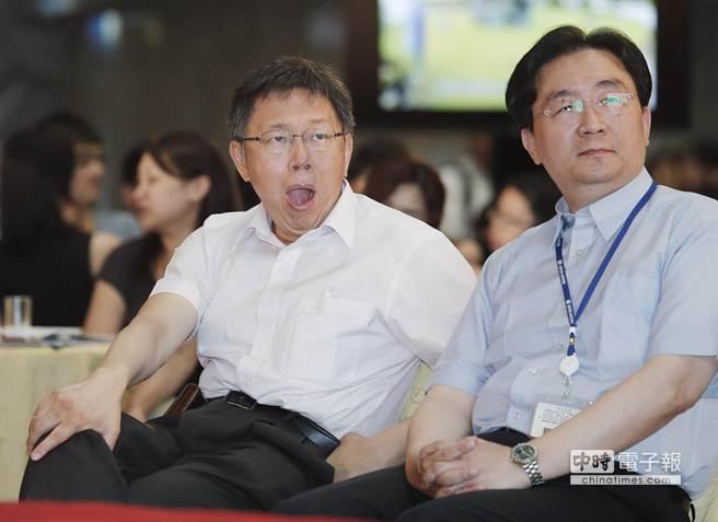 因跑了一天的行程太勞累,在聆聽各組討論建議內容時,台北市長柯文哲忍不住打了一個哈欠。(姚志平攝)