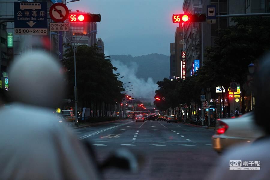 台北市松江路6日傍晚一家位於松山機場飛機降落航道上的汽車維修廠發生火警,遠在幾百公尺外就可看見大量濃煙竄天。(林后駿攝)