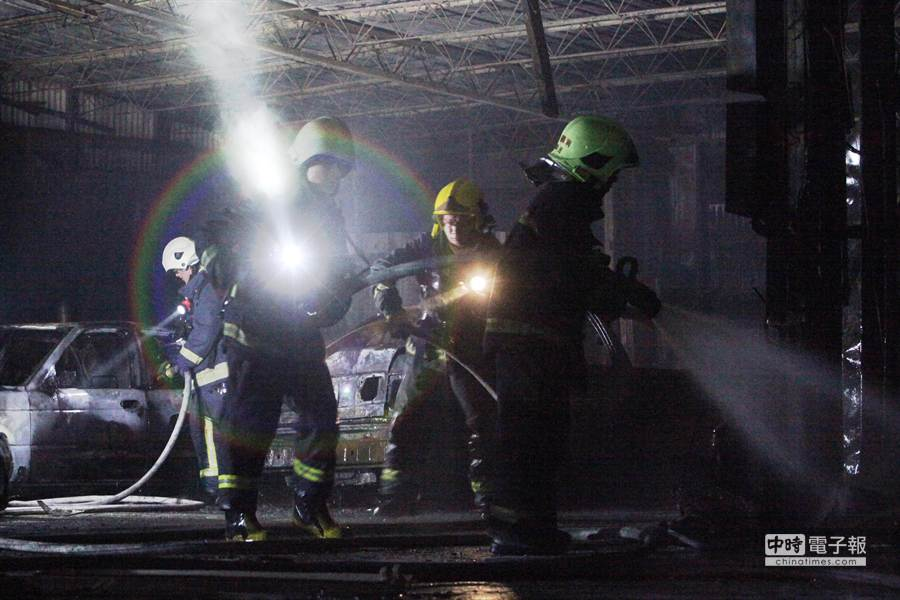 台北市松江路6日傍晚一家位於松江機場飛機降落航道上的汽車維修廠發生火警,遠在幾百公尺外就可看見大量濃煙竄天。(林后駿攝)