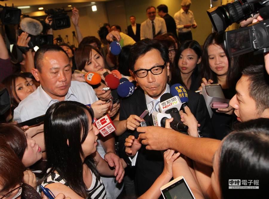 會後媒體詢問有關松菸文創相關問題,蔡明忠(右)表示正在處理,然後快閃離開。(趙雙傑攝)