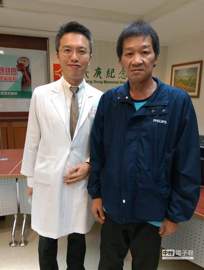 因菸酒檳榔習慣而三癌纏身的邱先生手術後恢復良好,與長庚醫院胸腔外科主治醫師趙盈凱開心合影。(林宜慧攝)