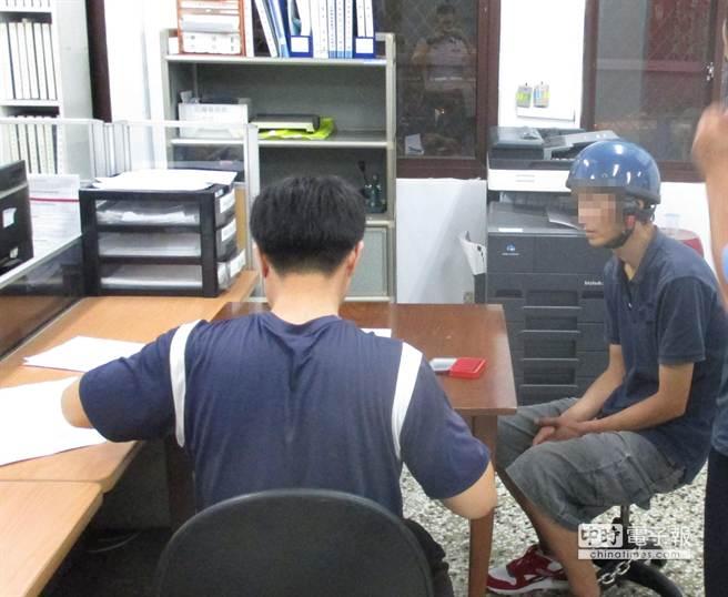 陳嫌(右)交保後又到前鎮偷東西,結果還是被警方逮獲。(林宏聰翻攝)