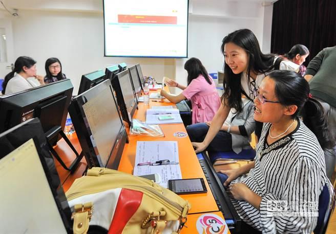 6月4日,1名電子商務培訓教師(右二)在指導學員學習電商網頁製作的基礎知識。