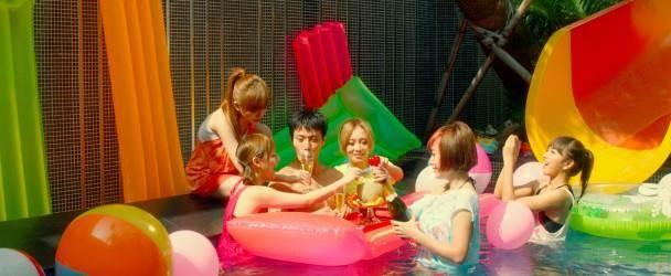 張睿家與人氣少女組合Twinko在水中拍戲。(圖/東網 on.cc)