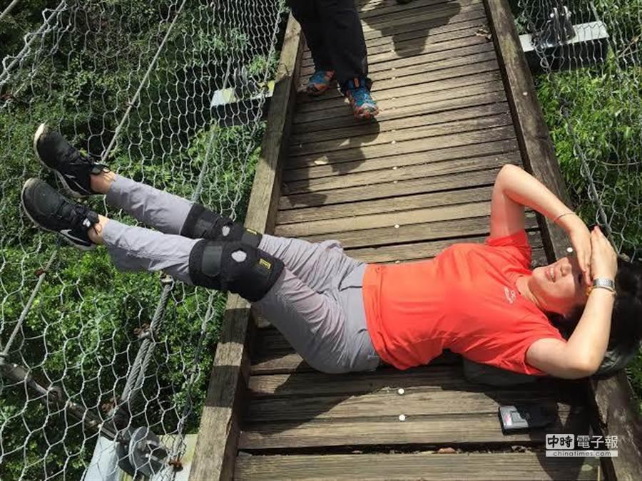 方念華到「巴達岡二號吊橋」曬鐵腿。(TVBS提供)