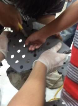 8歲男童手指卡椅縫 消防員助脫困
