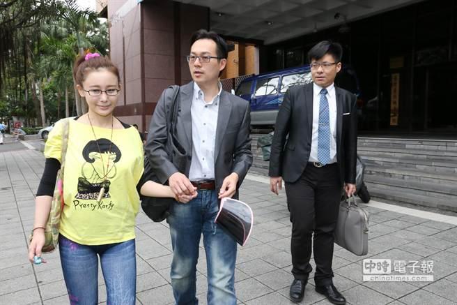 前主播張元培(中)今陪妻子陳谷蒨至台北地檢署出庭,說明經營「美魔安」化妝品並無詐欺消費者。(圖/蕭博文攝)