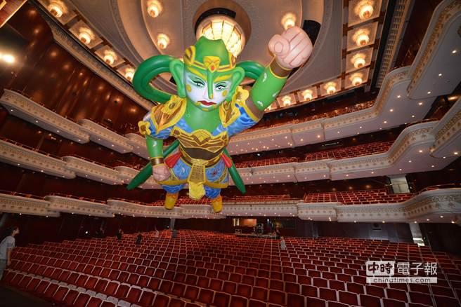 五層樓高巨型「千里眼」劇院現身翱翔於劇院上空。(紙風車劇團提供)