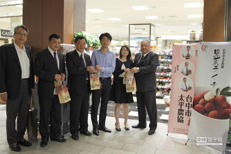 台中市太平農會到日本拓銷黑葉荔枝,空運2噸的貨櫃到東京頂級超市通路鋪貨。 (太平農會提供)