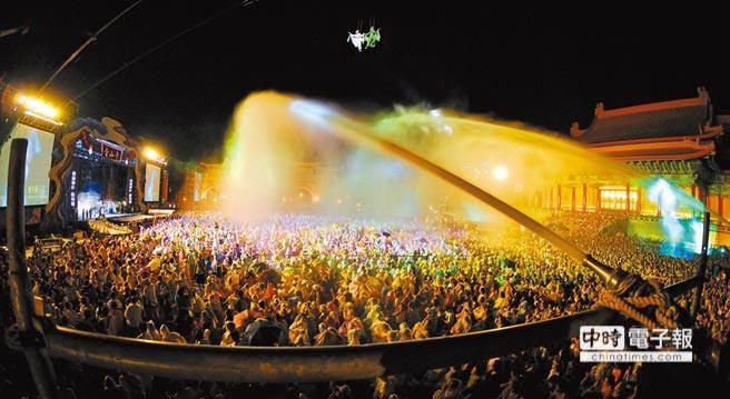 在經典橋段水漫金山寺中,白素貞必須踩著強力水柱在空中漫步,水灑在觀眾身上更能實際體驗臨場震撼。(本報系資料照 台北文化基金會提供)