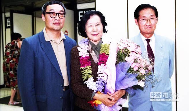 徐悲鴻之妻廖靜文(中)與子徐慶平(左)、徐伯陽(右)。(本報資料照片)