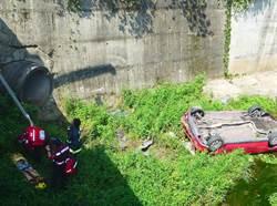 女子連人帶車翻覆橋下墜溪 送醫急救
