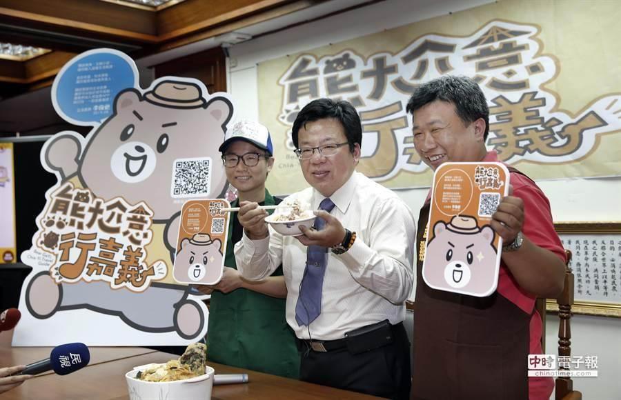 立委李俊俋(右二)與嘉義劉里長雞肉飯及林聰明沙鍋魚頭兩家業者共同推薦民眾到嘉義品嘗美食。(姚志平攝)