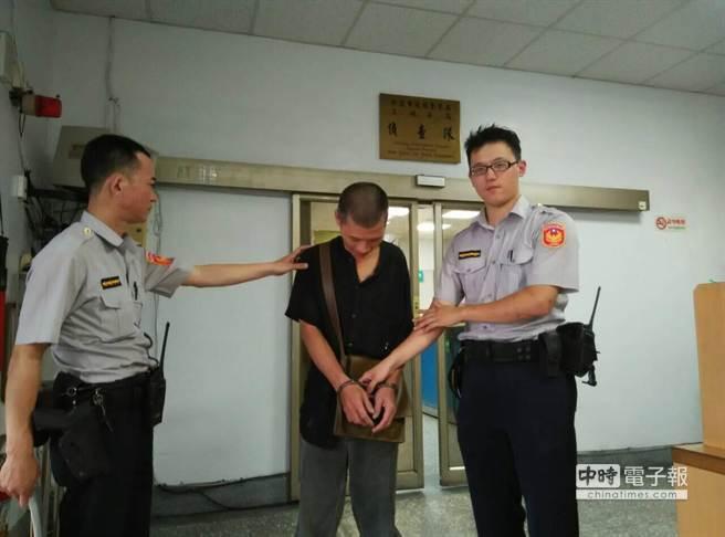 陳三鴻(中)1天2出2進警局。(陳螢萱翻攝)