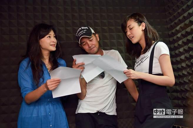 方季韋(左)認真指導謝承鈞(中)及陳怡嘉錄製歌曲。(三立提供)