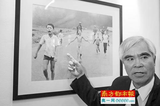 當時21歲的美聯社越籍攝影記者黃功看到這一幕,本能地按下快門,拍下了後來舉世聞名的新聞照片《戰火中的女孩》。(圖/南方都市報)