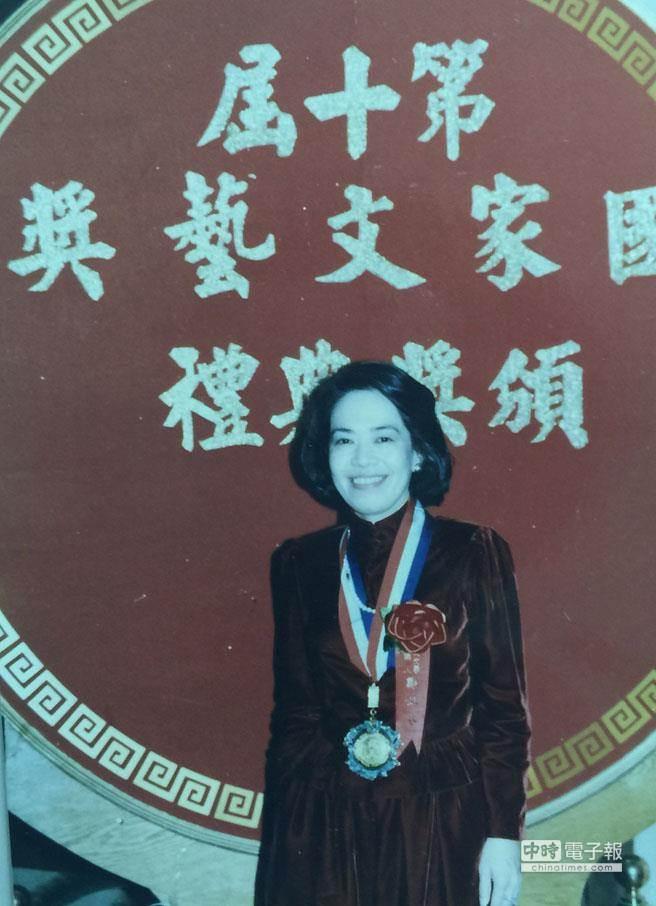 鄭佩芬文采跟口才一樣好,她出的第一本書,就得到國家文藝獎。(圖/鄭佩芬提供)