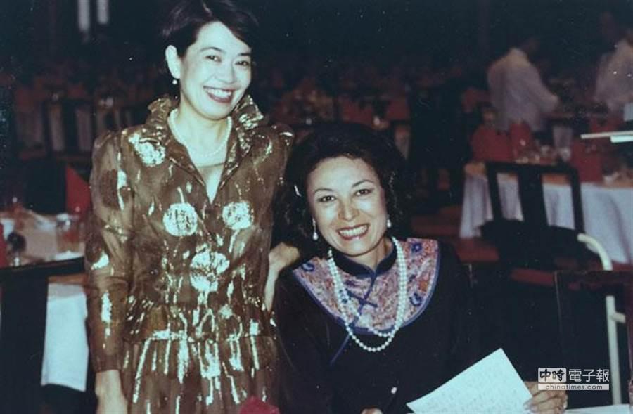 因為工作,鄭佩芬(左)和蔣家大媳婦徐乃錦(右)變好友,連家務事都會幫忙協調。(圖/鄭佩芬提供)