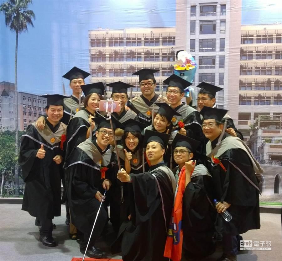 臺大EMBA 101級畢業典禮27日舉行,畢業生橫跨兩岸且多元產業領域,包括科技、醫療、金融、法律、餐飲等12類別的董總座、經理人。(陳碧芬攝)