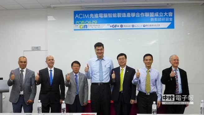 上博科技總經理謝總經理(中)與台科大校長廖慶榮(右三)、中正鄭友仁副校長(右二)、中原陳夏宗副校長(左三) 、GFMS 亞洲區總裁 Laurent Castella(左二) 、GFMS Mr.Roberto Perez(左)、教授Paul Xirouchakis(右),在GFMS台灣應用技術中心簽署合作備忘錄。(上博科技提供)