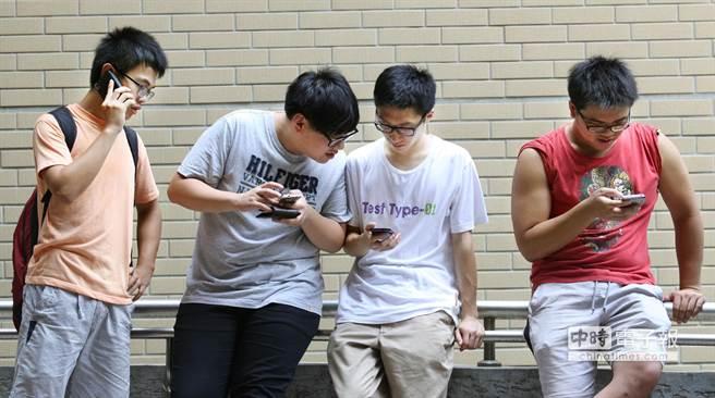 金車教育基金會日前抽查學生使用手機情況,30日公布調查結果,台灣有近8成6的學生擁有行動電話,且95%是智慧型手機;7成學生1天使用手機2小時以上,2成學生高達8小時;5成以上學生每月通話費不到500元,近1成超過1000元。圖為幾位學生使用手機。(王錦河攝)