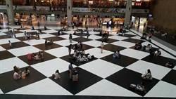 真人西洋棋? 台北車站大廳大家竟都挑黑格子坐