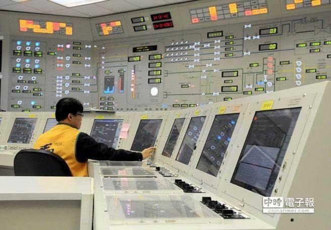 核四今(1)日正式封存。圖為貢寮台電核四廠的1號反應爐控制室,工作人員正在進行測試。(中時資料照,黃世麒攝)