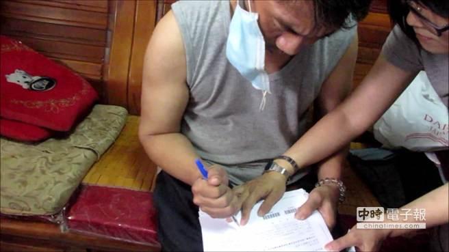 蔡男雖以握拳方式拿筆寫字的失智樣蒙騙,殊不知其二次申請時,保險公司已察覺有異。(劉宥廷翻攝)