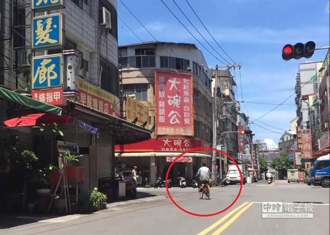 警方蒐證發現蔡男不但能騎車還能搬運重物,甚至獨自上街買飯。(劉宥廷翻攝)