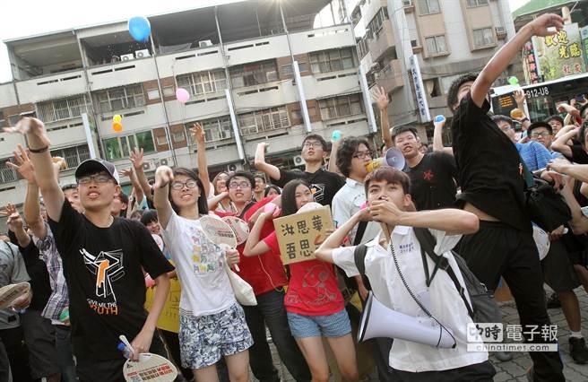 反課綱學生朝國教署台中辦公室投擲水球表達不滿。(范揚光攝)