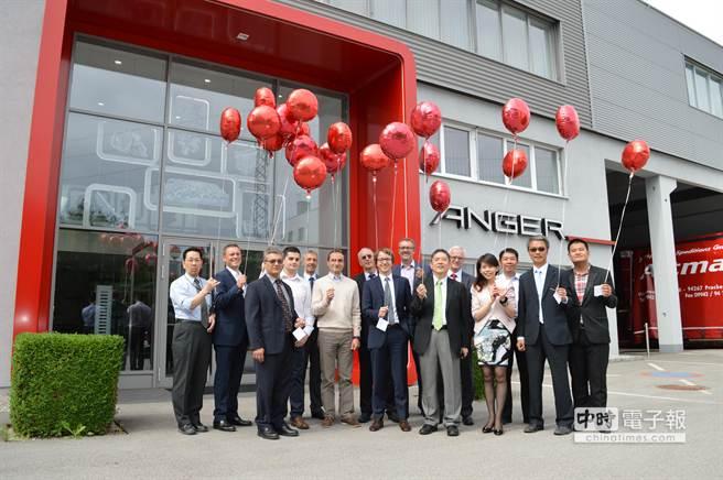 東台集團宣布正式併購奧地利msi集團76%持股,旗下Anger工具機廠舉行施放氣球儀式。(東台集團提供)