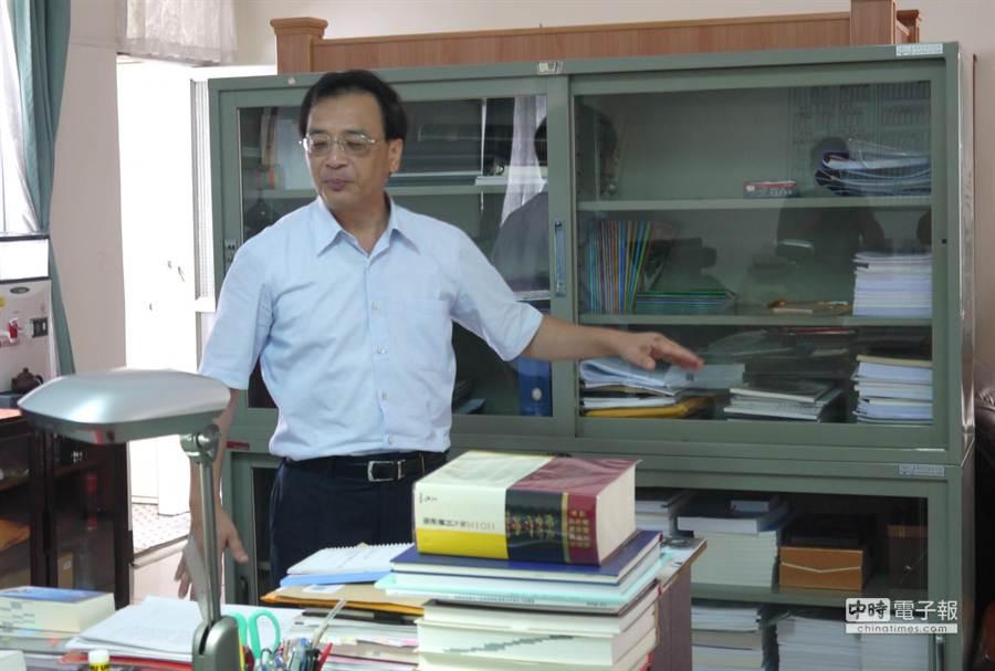 新竹地院院長江德千表示,他一回頭,萬姓嫌犯就站在這書櫃旁。(陳育賢攝)