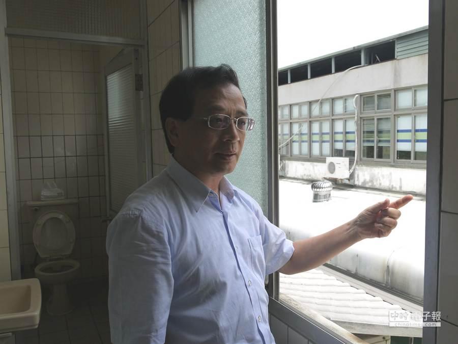 新竹地院院長江德千表示,他與萬嫌在窗戶邊懇談,希望對方為了自身安全,先到辦公室內來聊,不要做傻事。(陳育賢攝)