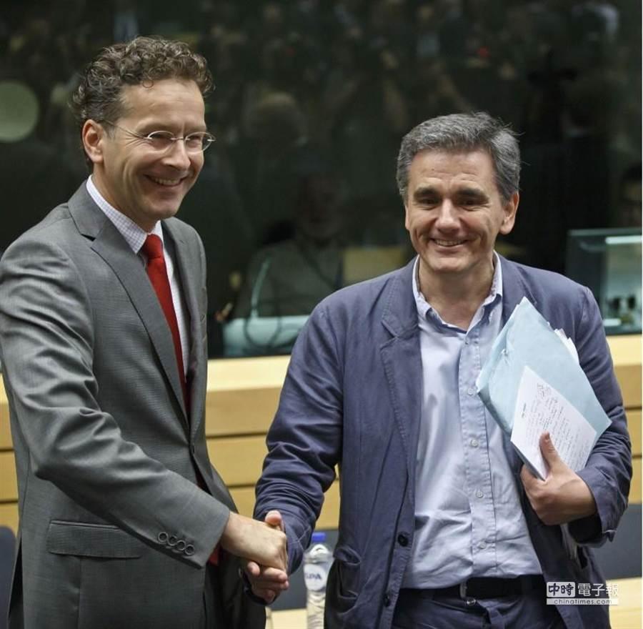 希臘新財長出席歐盟財長會議時,不小心露出了他講稿的筆記。(美聯社)