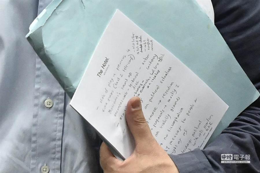 筆記上寫了什麼成了外界關注的焦點。(圖取自彭博新聞)