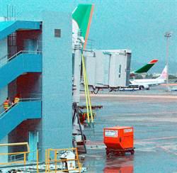 桃園機場C2停機位 玻璃空橋完成綁橋作業