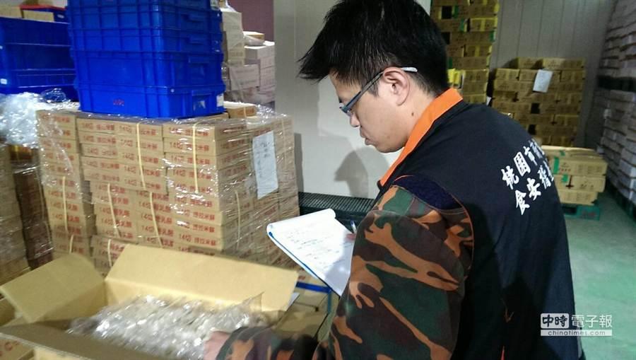 問題麵條流竄,桃園市衛生局稽查並封存問題食品。(衛生局提供)