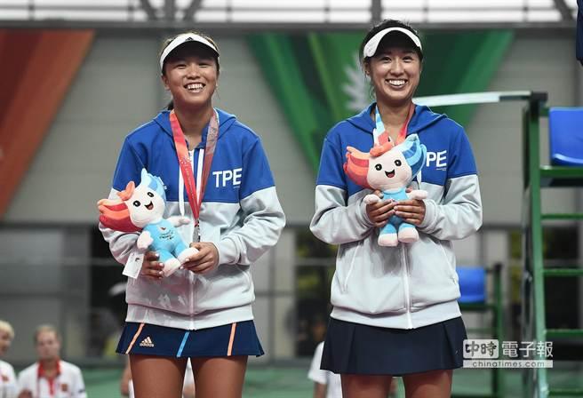 搭檔參加光州世大運女雙的許絜瑜與李亞軒,決賽不敵南韓組合,拿下1面銀牌。(大專體總提供)