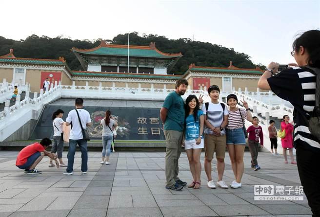 全球最佳旅遊城市報告出爐,台北市今年第16名,台北自2009至2015年以每年14.9%的「旅客成長率」位居第1名。圖為幾位觀光客在台北故宮前拍照留念。(王錦河攝)