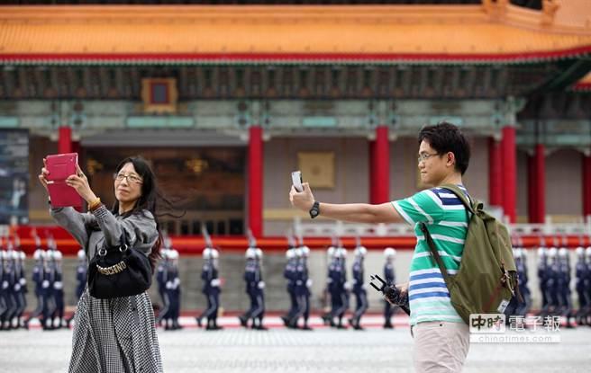 兩位來台旅遊的觀光客在兩廳院廣場自拍留念。(王錦河攝)