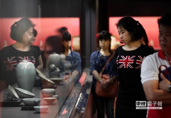 觀光客正參觀台北故宮展示的古代文物。(王錦河攝)