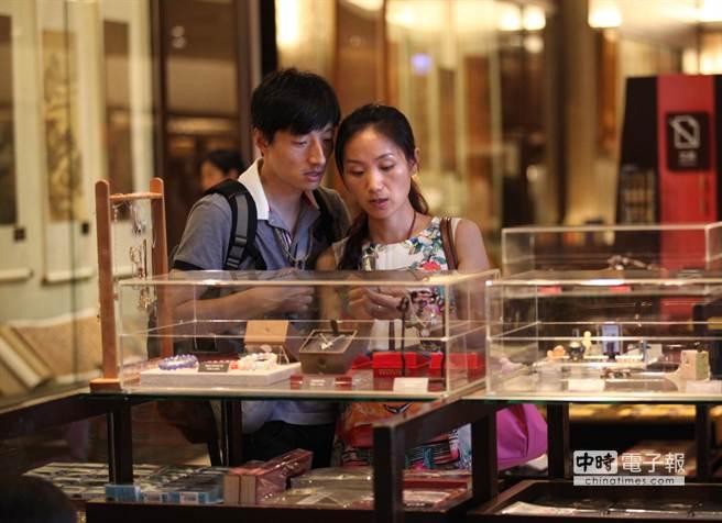 國際觀光客平均每人花費約42500台幣遊台北,名列第3名。圖為兩位觀光客在台北故宮禮品店選購紀念品。(王錦河攝)